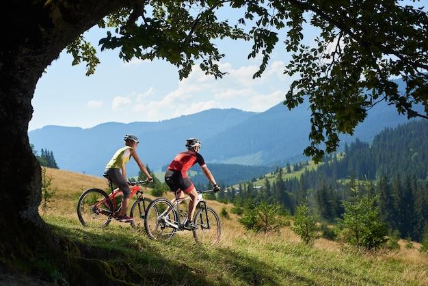 Bikers professionisti in bicicletta in bicicletta su sentiero Foto Premium