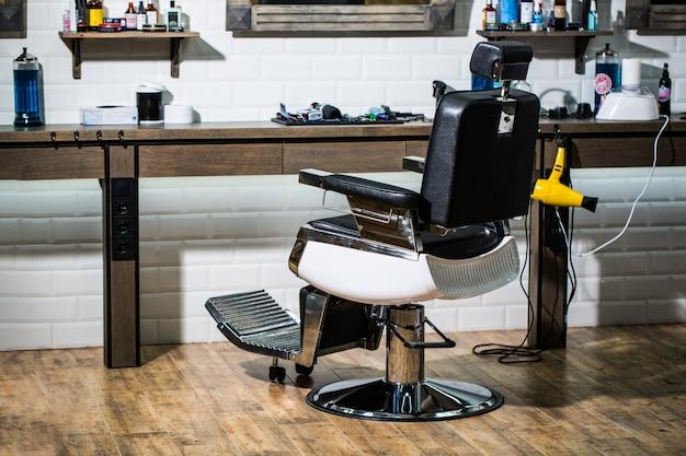 Parrucchiere professionista in interni da barbiere. sedia da barbiere. Foto Premium