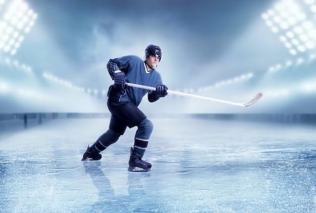 Tiro al giocatore di hockey su ghiaccio professionale Foto Premium