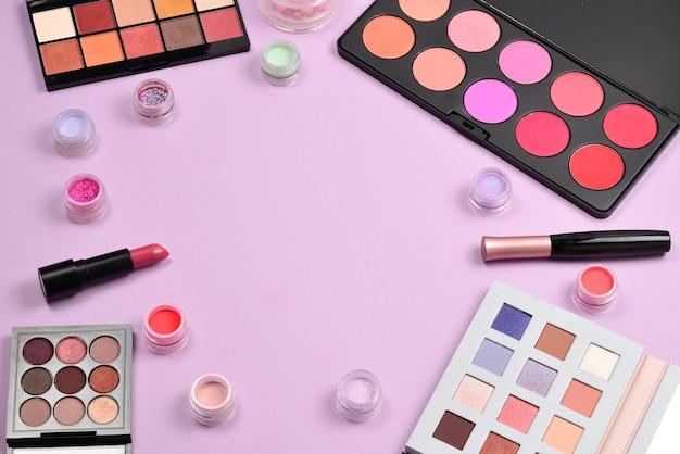 Prodotti per il trucco professionale con prodotti di bellezza cosmetici, blush, eyeliner, ciglia, pennelli e strumenti Foto Premium