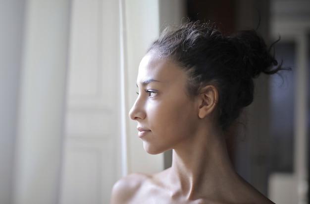 Profilo di una bella ragazza Foto Premium