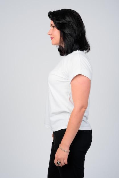Vista di profilo di bella donna con i capelli corti contro ...