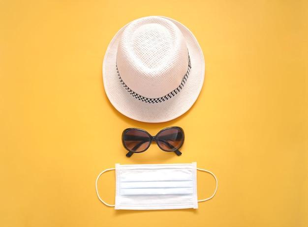 Maschera medica protettiva con cappello e occhiali da sole Foto Premium