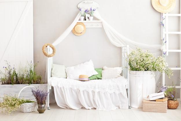 Provenza Stile Rustico Shabby Chic Bianco Interno Camera Da Letto Per Una Casa Di Campagna Lavanda