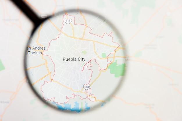 Concetto illustrativo di visualizzazione di puebla, città del messico sullo schermo di visualizzazione tramite la lente d'ingrandimento Foto Premium