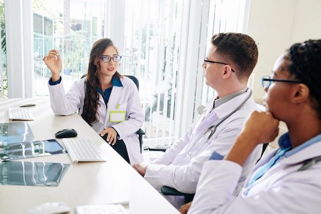Pneumologo parlando con i colleghi Foto Premium