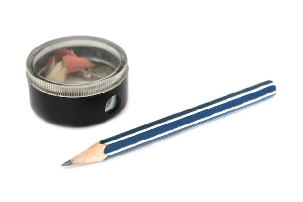Temperamatite clericale degli alunni e una matita grafite su bianco Foto Premium