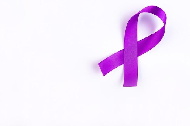 Nastro viola un simbolo del cancro al pancreas con copia spazio Foto Premium