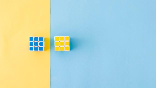 Puzzle cubi posa in composizione Foto Premium