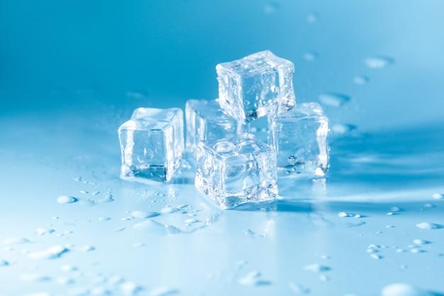 Piramide di cubetti di ghiaccio sciolto con gocce Foto Premium