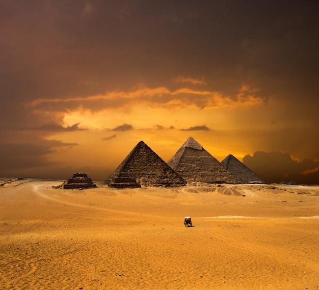 Piramidi con un bel cielo di giza al cairo, in egitto. Foto Premium