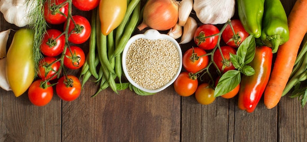 Quinoa in una ciotola e verdure fresche Foto Premium