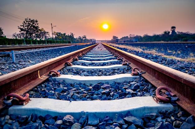 Ferrovia del treno della mattina in campagna Foto Premium