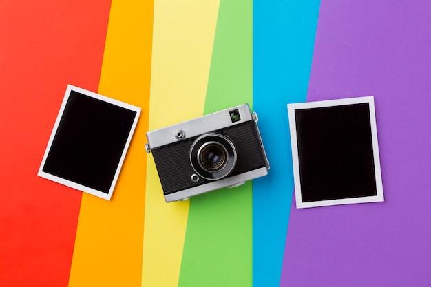 Bandiera orgoglio arcobaleno con fotocamera retrò e foto Foto Premium