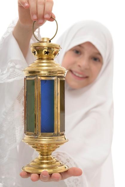 Lanterna di ramadan nelle mani della ragazza musulmana felice Foto Premium