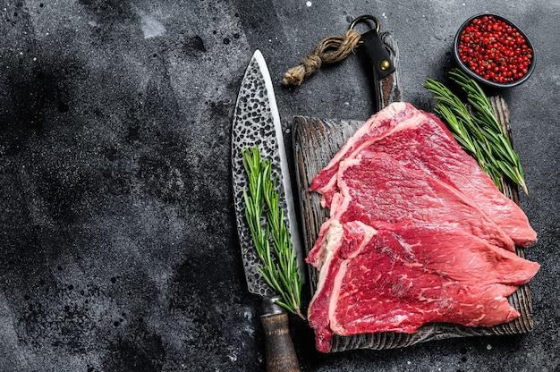 Bistecca rotonda di carne di manzo fresca cruda con erbe e spezie Foto Premium