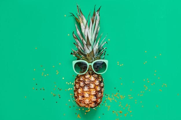 Ananas crudo con glitter dorati. concetto tropicale laico piatto Foto Premium