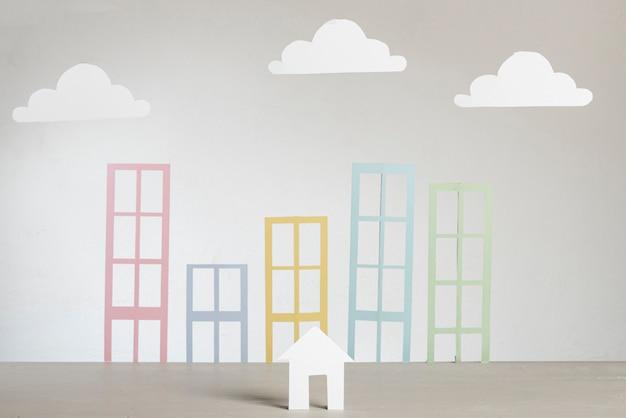 Costruzioni e nuvole della città della carta dell'estratto del bene immobile Foto Premium