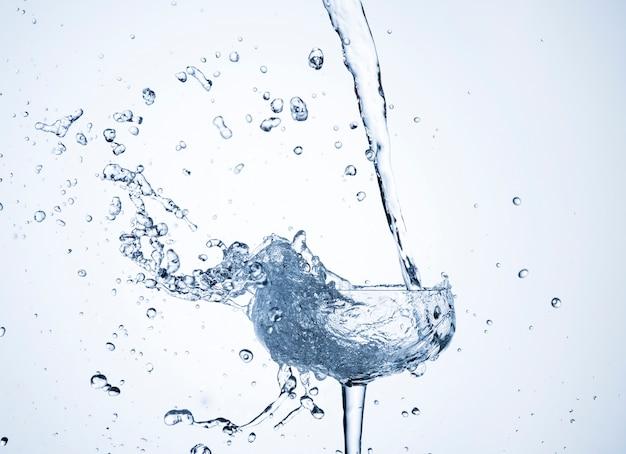 Realistica dinamica dell'acqua in vetro Foto Premium