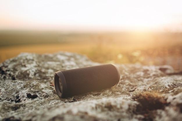 Altoparlante bluetooth portatile di design creativo di ðreative per ascoltare musica al tramonto. Foto Premium