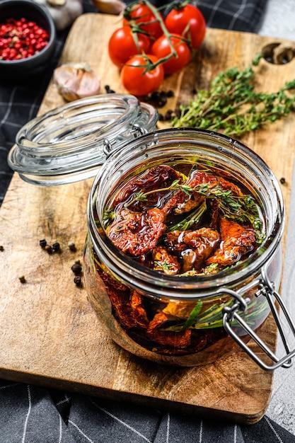 Ricetta per cucinare pomodori secchi in olio d'oliva con spezie ed erbe aromatiche Foto Premium