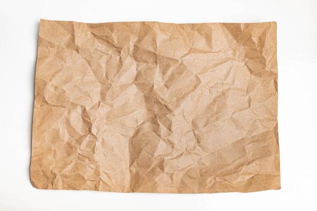 La grinza marrone riciclata ha sgualcito vecchio con il fondo ruvido di struttura della pagina di carta. Foto Premium