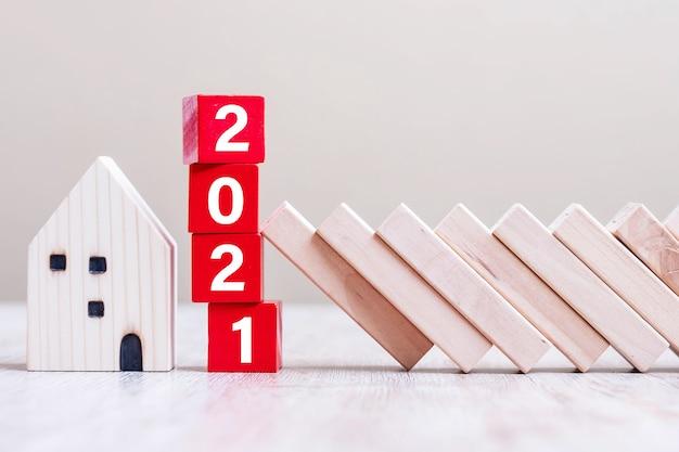 I cubi rossi 2021 bloccano la caduta dei blocchi proteggono la miniatura della casa Foto Premium