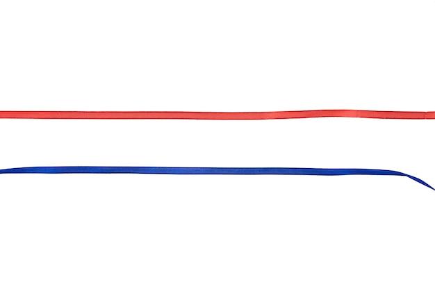 Nastro rosso e blu in tutto su uno spazio isolato. foto di alta qualità Foto Premium