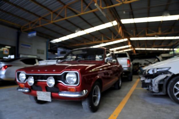 Automobile rossa nel garage per le immagini di sfondo sfocato Foto Premium