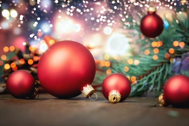 Palle di natale rosse su luci sfocati Foto Premium