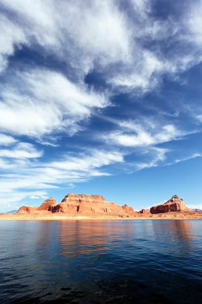 Scogliere rosse riflesse nell'acqua liscia del lago powell Foto Premium