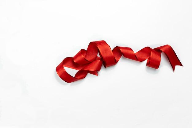 Arco riccio rosso isolato su bianco Foto Premium