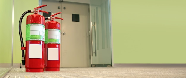 Serbatoio rosso degli estintori nell'edificio Foto Premium