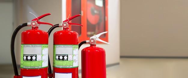 Carro armato rosso degli estintori, concetti di caserma dei pompieri per salvataggio di prevenzione di emergenza e addestramento di sicurezza antincendio. Foto Premium