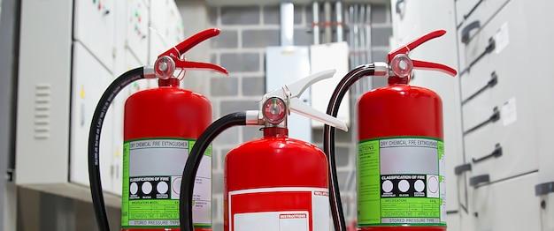 Serbatoio rosso degli estintori nella caserma dei pompieri per emergenza e prevenzione incendi. Foto Premium