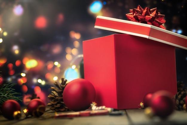 Confezione regalo rossa con palline di vetro di natale Foto Premium