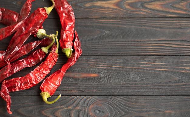 Peperoncini roventi su un tavolo di legno Foto Premium