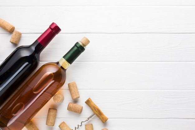 Vino rosso e bianco con tappi di sughero Foto Premium