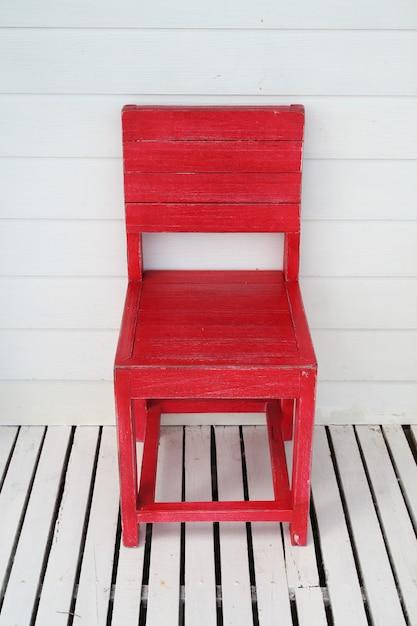 Sedia retrò in legno rosso da esterno Foto Premium