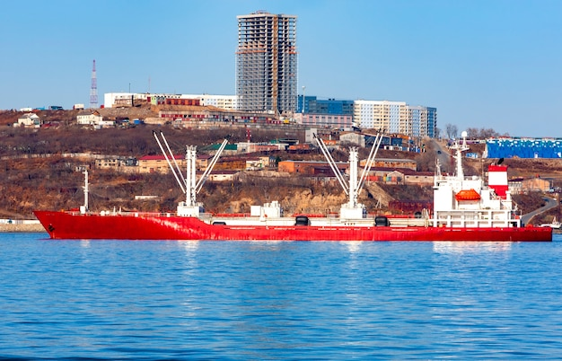 Nave frigo nel porto di vladivostok Foto Premium