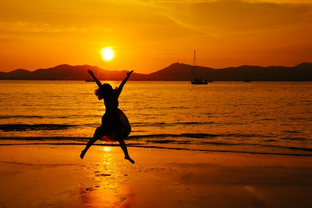 Relax donna saltando mare sulla spiaggia Foto Premium