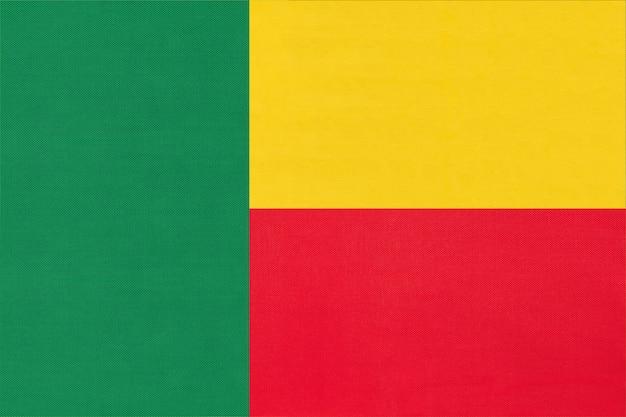 Fondo del tessuto della bandiera del tessuto nazionale della repubblica benin. simbolo del mondo paese africano. Foto Premium