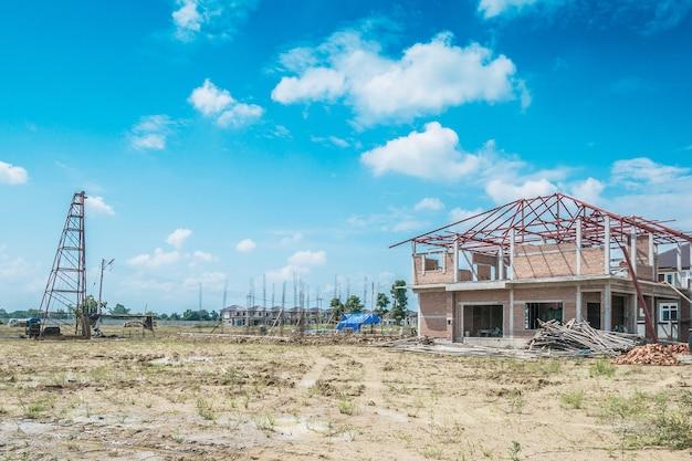 Nuova costruzione residenziale della casa al cantiere con le nuvole ed il cielo blu Foto Premium