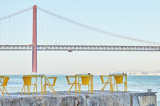 Tavoli del ristorante al molo di lisbona in portogallo Foto Premium