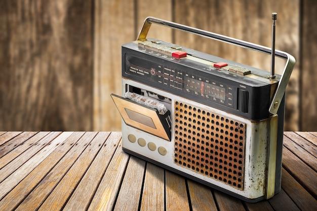 Retro radio e lettore di cassette audio sulla tavola di legno Foto Premium