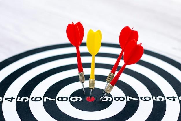 Diritto al concetto di destinazione utilizzando le freccette in bullseye. una freccia in bulseye, tre frecce rosse caddero Foto Premium