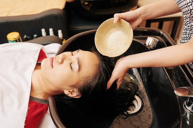 Risciacquo dei capelli con trattamento Foto Premium