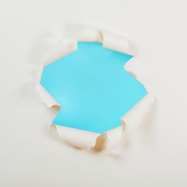 Carta strappata con sfondo blu Foto Premium