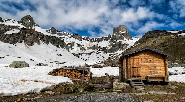 Fiume che scorre dalle montagne nelle alpi francesi. Foto Premium