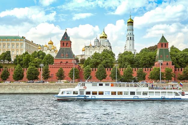 Nave fluviale di fronte al cremlino Foto Premium